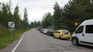 bilar som är felparkerade på en trottoar