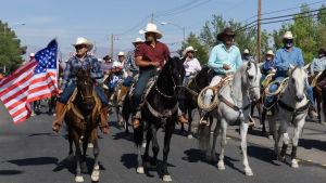 Latinos gör valkampanj för Joe Biden.