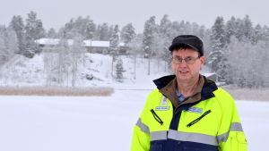 Peter Ekstam ute på isen.