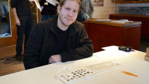 Emil Nygård med mynten han hittat