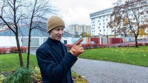 Dan Mollgren bland nya och gamla byggnader.