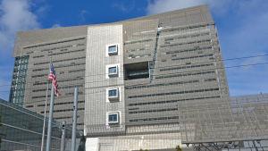 En grå betongfasad i flera våningar.