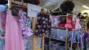 Flickkläder i hylla