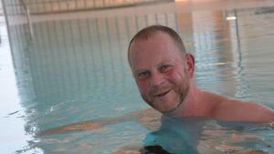 Robert Renlund i simbassäng.