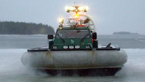 Sjöbevakningens luftkuddefarkost på uppdrag vid Replotbron.