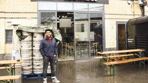 Christoffer Tuominen står framför sitt bryggerie i London