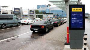 Taxiköer på Helsingfors-Vanda flygplats.