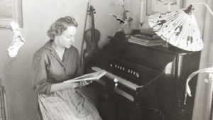 Sirkka-Liisa Miettinen vid sitt piano.
