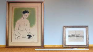 Två konstverk av Helene Schjerfbeck står lutade mot en vägg.