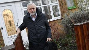 Labourledaren Jeremy Corbyn utanför sitt hem i London.