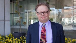 Juhana Vartiainen står utanför Mediahuset i Böle