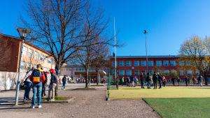 Skolgård med elever.