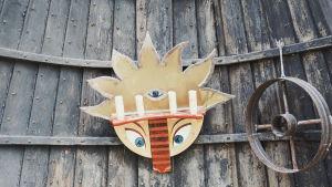 Värikäs puuveistos, jolla kettua muistuttava eläinnaama, kuvattu Galleria Gottorpissa Kristiinankaupungissa.