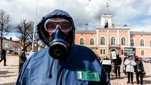 Thorger Stöa iklädd gasmask.