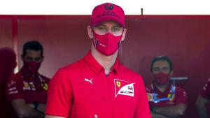 Mick Schumacher i Ferraris tröja.