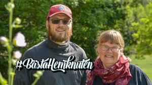 En man och en kvinna står och ser glada ut i en solig trädgård. I vänstra hörnet av bilden står det #BästaHemknuten.