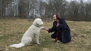 Gösta (Vilhelm Blomgren) försöker lära en hund att ge tass.