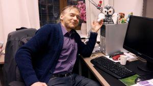 Veijo Hietala vid sitt arbetsbord.