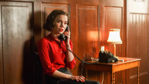 Karaktären Nina talar i telefon och ser ledsen ut.