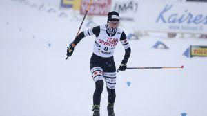 Mari Eder går i mål i morgonens sprintkval.