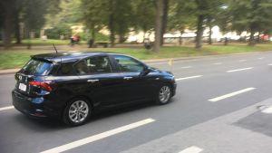 Påven körs igenom Tallinn i en liten svart bil.