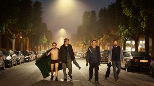 Peter (Lars Ranthe), Martin (Mads Mikkelsen), Tommy (Thomas Bo Larsen) och Nikolaj (Magnus Millang) kommer gående mitt på gatan mitt i natten.