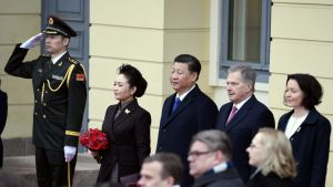 Kinas president och partiledare Xi Jinping med hustru Peng Liyuan med president Sauli Niinistö och fru Jenni Haukio framför slottet.