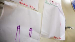 Lasten piirroksia Kotimajoitusverkoston seinällä.
