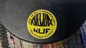 """Klistermärke där det står att """"jag blev dansbandsfrälst"""" gjort av Kvevlax UF."""