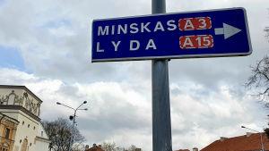 En trafikskylt i centrum av Vilnius, Litauen, som visar vilken väg man ska ta för att komma till Minsk, Belarus.