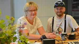 Ulrica Isaksson och Petri Horttana ler trots tunga ämnen i studion.