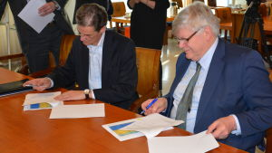 Skärgårdskompaniets vd Herrick Ramberg och Åbo universitets rektor Kalervo Väänänen skriver på hyresavtalet.