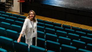 Anne Johansson Padilla i en tom sal.