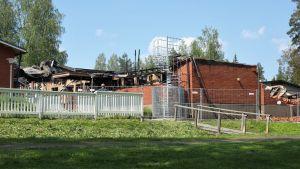 Tulipalossa tuhojä kärsinyt Mikkelin Tuppuralan koulu tulipalon jälkeisenä päivänä 20.6.2019.
