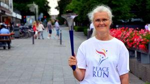 Iris Nuuja med fredsfacklan