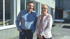 Lärarna Mikael Olin och Birgitta sainio utanför karis högstadium och Karis-Billnäs gymnasium.