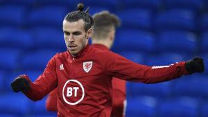 Gareth Bale värmer upp.