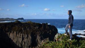 Jan Backman tittar ut över ön Graciosa och Atlanten