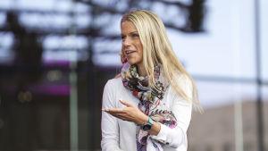 HBL:s nya chefredaktör Erja Yläjärvi diskuterar på stadsfestivalen Punkten på Medborgartorget.