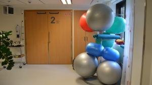 Gympabollar för föderskor på Lojo sjukhus.