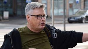 """Närbild på Pertti """"Poitsu"""" Stenman då han guidar i Sörnäs."""