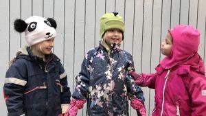 Tre barn i dagisåldern.