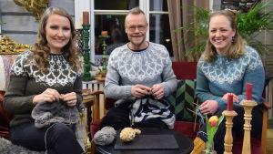 Lee, Jim och Elin sitter i salen på Strömsö och stickar.