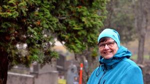 Kvinna på begravningsplats.