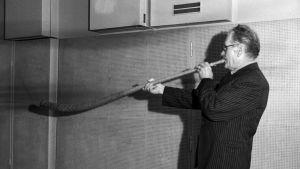 Kansanmuusikko Teppo Repo soittaa torvea.