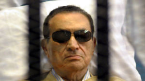 Egyptens störtade president Hosni Mubarak bakom galler 2012.