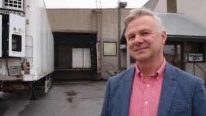 Gustav Granholm som är VD för Korv-Görans har funderat på att laga köttbullar utan fosfater.