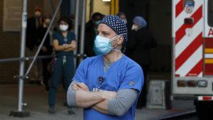 En sjukvårdare med andningsskydd.
