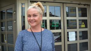 Niina framför Aktias dörr i Borgå