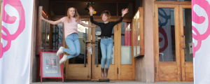 Två studerande från Ekenäs gymansium på en trappa.